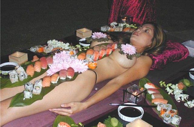 голые девушки лежат в еде кому голову